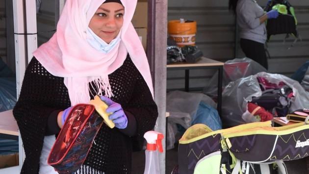 Freiwillige Helferinnen des Flüchtlingsheims Reichenau, wie etwa Shireen, putzten die Schultaschen. (Bild: Andreas Fischer)