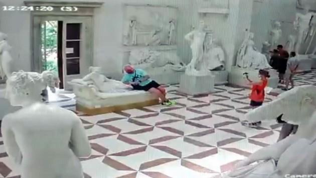 Beim Posieren für ein Foto wurde die Gips-Skulptur beschädigt. (Bild: facebook.com)