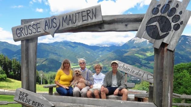 """Christine Mack mit ihre Ehemann Spencer, den Söhnen Martin und Jonathan sowie Hund """"Goldie"""" auf Ausflug in Mautern."""