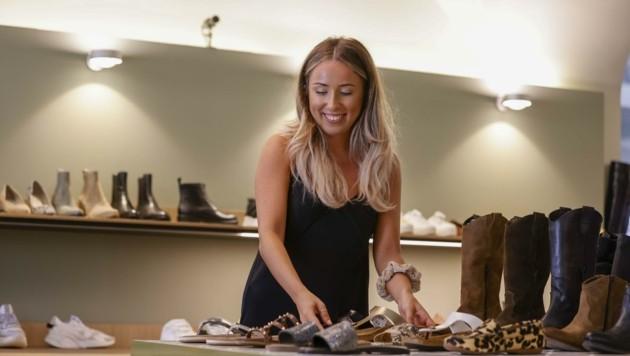 Auch Schuh-Verkäuferin Julia Kraushofer hat viel zu tun.