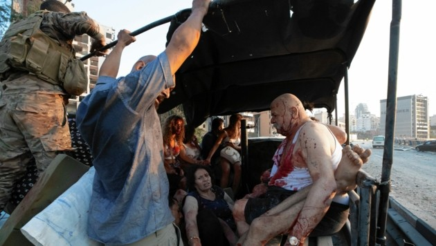 Soldaten bringen Verletzte aus der Gefahrenzone. (Bild: AP)