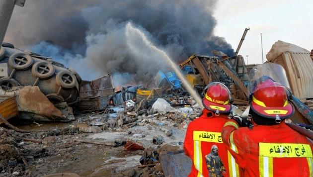 Nach den Explosionen stand auch ein Schiff im Hafen in Flammen. (Bild: EPA)