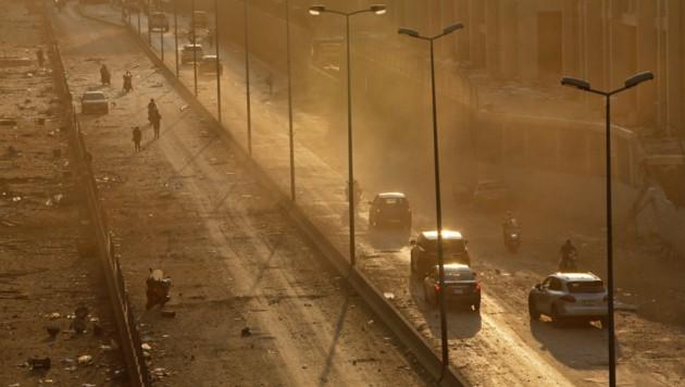 Rauch, Staub und überall Trümmer auf den Straßen Beiruts (Bild: APA/AFP/Marwan TAHTAH)