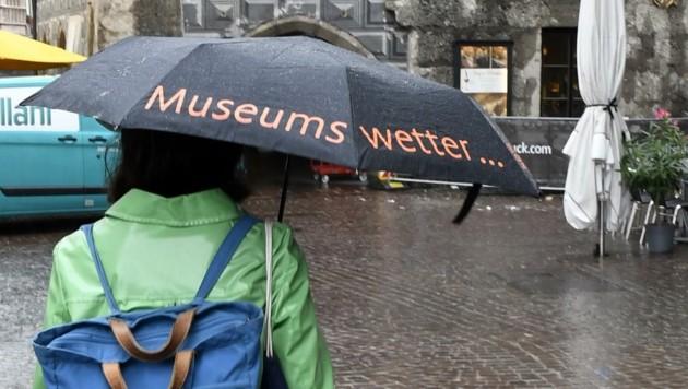 Regenschirme lösten Sonnenschirme ab.