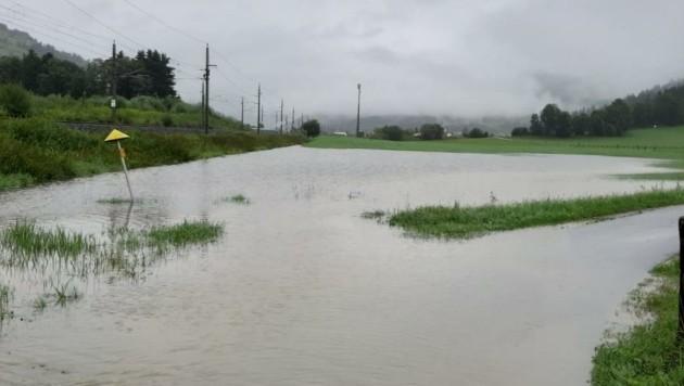 Das Ausmaß der Niederschlagsmengen lässt sich beim Anblick der überfluteten Felder im Brixental erkennen.