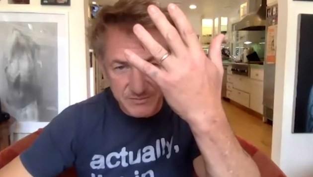 """Sean Penn zeigt in der """"Late Night""""-Talkshow mit Seth Meyers seinen Ehering (Bild: www.youtube.com/Late Night with Seth Meyers)"""