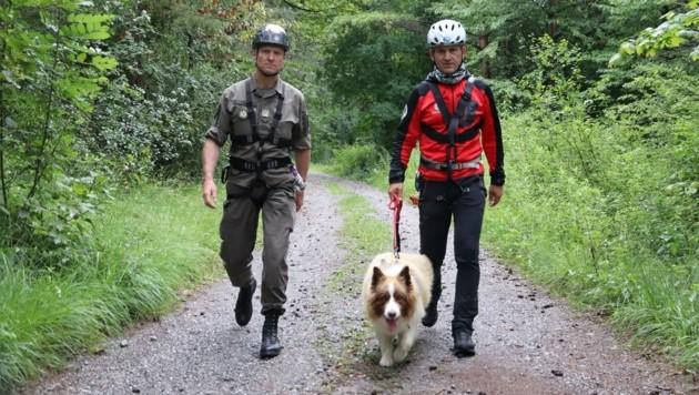 Heeresbergführer Stephan Lehner (li.) mit Bergretter Manfred Prantl und Suchhund Gamba.