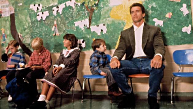 """Arnold Schwarzenegger in dem Film """"Kindergarten Cop"""" von 1990"""