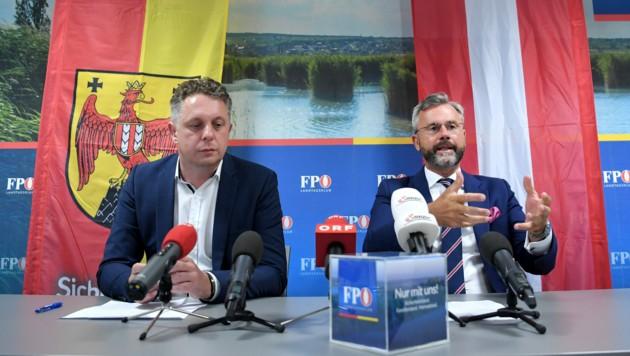 FPÖ-Landesparteichef Norbert Hofer (rechts) und Wirtschaftssprecher Alexander Petschnig (links) drängen auf eine Lösung für Betroffene Kunden. (Bild: APA/ROLAND SCHLAGER)