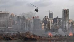 Ein Hubschrauber beim Versuch mehrere Brände nach der Explosion zu löschen. (Bild: AFP/Hasan Mroue)