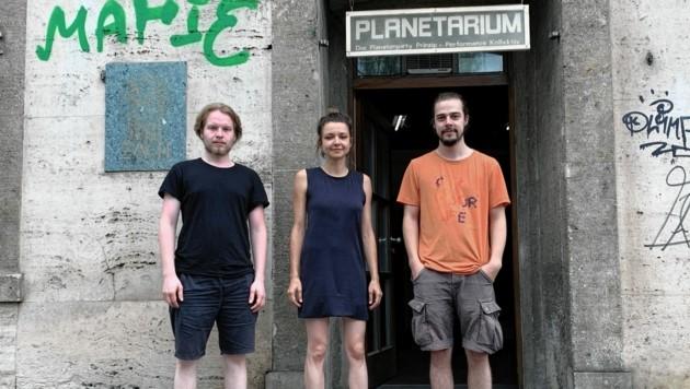 """Moritz Ostanek, Victoria Fux und Alexander Benke vom Planetenparty Prinzip vor ihrem Probenlokal, dem """"Planetarium"""" in Graz."""