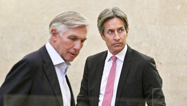 Die beiden Angeklagten Walter Meischberger und Karl-Heinz Grasser sind weiterhin befreundet. Corona-bedingt ist der Abstand zwischen ihnen auf der Anklagebank aber größer geworden. (Bild: APA/HANS PUNZ)