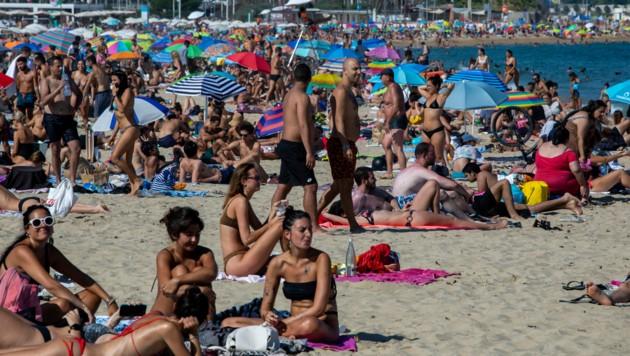 Der gut gefüllte Strand von Barcelona am 18. Juli 2020. Die Polizei in der katalanischen Metropole hatte jüngst den Zugang zu den Stränden begrenzt, nachdem die Sonnenanbeter vermehrt die Abstandsregeln verletzt hatten.