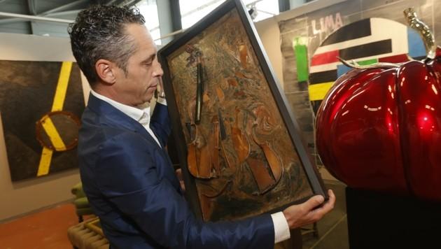 """Galerist Karner mit der """"Stradivarius Fossilus"""" von Arman. (Bild: Tschepp Markus)"""