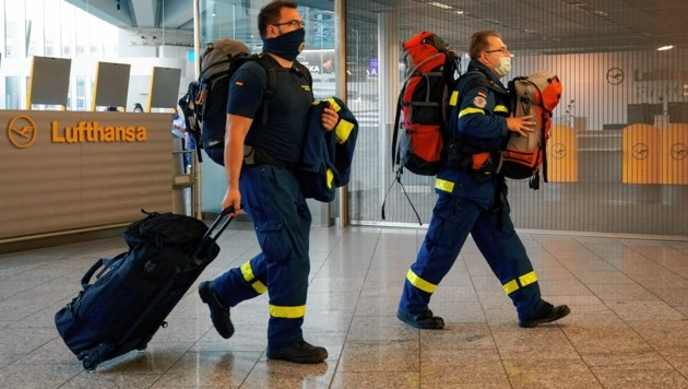 Mitglieder des deutschen Technischen Hilfswerks auf dem Weg in den Libanon (Bild: EPA)