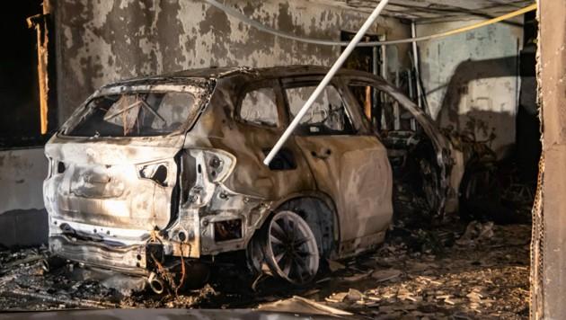 Das Hybrid-Auto brannte komplett aus. (Bild: FMT PICTURES)