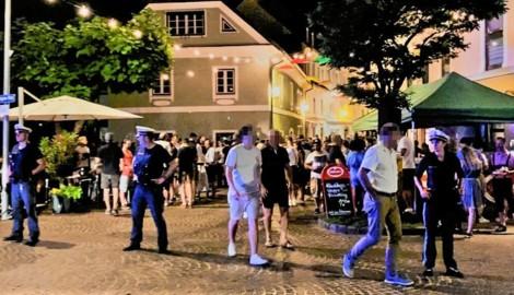 """Die Menschenmassen vor dem Lokal """"29er"""" führten sogar zu einem Polizeieinsatz. (Bild: zVg, krone.at-Grafik)"""
