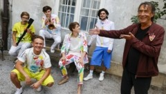 """Hubert von Goisern mit den Gewinnern aus Salzburg """"Chez fría"""". (Bild: Tschepp Markus)"""
