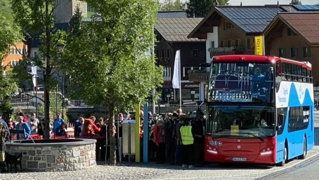 Bilder wie aus der Vergangenheit: Die Urlauber drängen in den Wanderbus, das Securitypersonal steht hilflos daneben.
