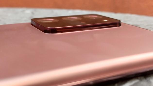 Das Dreifach-Kamerasystem des Galaxy Note 20 Ultra steht weit aus dem Gehäuse hervor. Wer keine Hülle hat, muss mit Kratzern rechnen. (Bild: Dominik Erlinger)