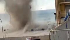 Die massive Windhose verlor aber sehr rasch an Kraft. Verletzte gab es keine. (Bild: twitter.com/danieledigre)