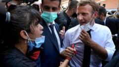 Viele wütende und verzweifelte Menschen fordern nun lautstark den Rücktritt der libanesischen Regierung. Frankreichs Präsident Emmanuel Macron stellte sich am Beiruter Ground Zero auf ihre Seite. (Bild: AP)