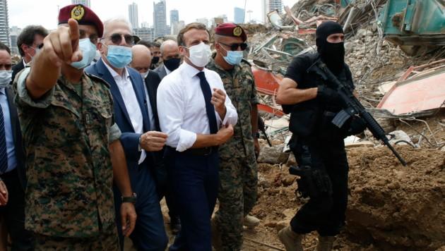 Frankreichs Präsident Emmanuel Macron beim Lokalaugenschein am Beiruter Ground Zero (Bild: AP)