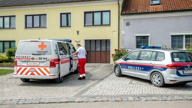 Nachdem er die Bluttat gestand, nahm die Tatortgruppe sofort die Ermittlungen im Haus an der Dorfstraße auf. (Bild: Imre Antal)