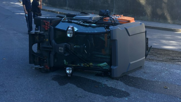 Die umgekippte Kehrmaschine schlitterte rund zehn Meter die Straße entlang. (Bild: zoom.tirol)