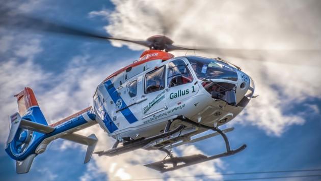 """Baby und Mutter wurden mit dem Rettungshubschrauber """"Gallus 1"""" in ein Krankenhaus geflogen."""