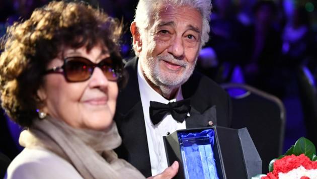 Plácido Domingo mit seiner Frau Martha und dem Preis