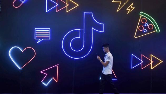 Die Videoplattform TikTok erfreut sich vor allem bei jugendlichen und jungen Erwachsenen großer Beliebtheit. (Bild: AP/Chinatopix)