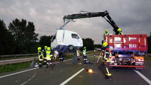 Wohnwagen-Bergung nach Unfall auf der Südostautobahn (Bild: FF Pottendorf)