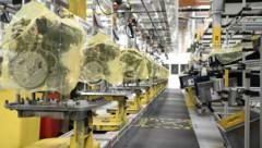 Ein gewohntes Bild während des Höhepunkts der Corona-Krise: Im Opel-Werk in Wien-Aspern standen die Maschinen still. (Bild: APA/HANS KLAUS TECHT)