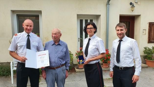 Feuerwehrkommandant Ernst Samuel (li.) gratulierte Jubilar Plattl (Mitte) und überreichte das Ehrenzeichen.