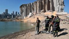 Während der Libanon um die Todesopfer der verheerenden Explosion trauert, wurden zehn Feuerwehrleute zu tragischen Helden des Unglücks. (Bild: AP)