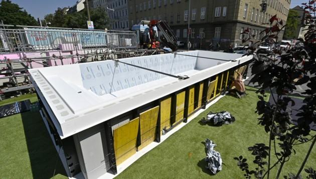 """Der besagte Swimmingpool am Gürtel wird drei Wochen lang in Betrieb sein. Das Projekt nennt sich """"Gürtelfrische West"""". (Bild: APA/Hans Punz)"""