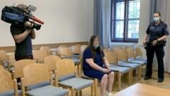 Die Angeklagte vor Beginn des Prozesses wegen Widerstands gegen die Staatsgewalt. (Bild: APA/Ingrid Kornberger)