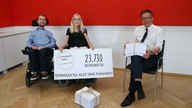 Jakob Schriefl (li.) und Initiatorin Christina Holmes übergaben die Petition an Gesundheitsminister Rudolf Anschober.