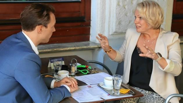 Finanzminister Gernot Blümel im Gespräch mit Kaffeehaus-Chefin Christina Hummel (Bild: Zwefo)