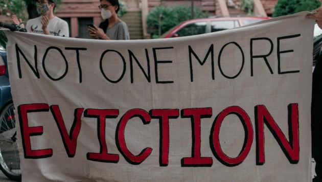 Seit dem Ausbruch der Corona-Krise in den USA sind Millionen Menschen mit ihrer Miete im Rückstand. Auf dem Plakat fordern Demonstranten das Ende von Zwangsräumungen.
