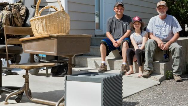 Diese Familie im US-Bundesstaat Montana versucht mithilfe eines Garagenverkaufs das fehlende Geld für die Miete aufzutreiben.