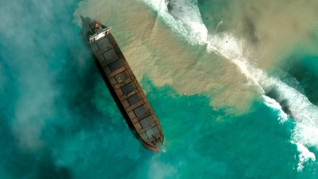 Auf Satellitenbildern ist deutlich zu sehen, dass aus der MV Wakashio Öl ins Meer rinnt. (Bild: 2020 Maxar Technologies via AP)
