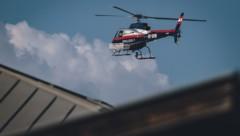 Ein Polizeihubschrauber auf dem Weg zum Unglücksort (Bild: EXPA Pictures © JFK)