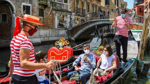 Die Maskenpflicht in Italien wird zumindest bis September verlängert. Der MNS-Schutz muss in Innenräumen und überall dort, wo kein Sicherheitsabstand eingehalten werden kann, getragen werden. (Bild: AFP/ANDREA PATTARO)
