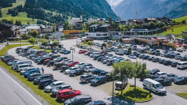 Besucherstrom auf dem Parkplatz der Kapruner Bergbahnen. (Bild: EXPA/ JFK)