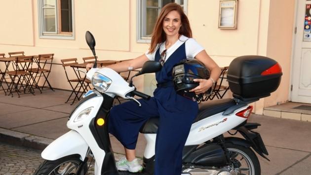 """Simone Stribl auf ihrem Moped - sie begrüßt in diesem Jahr zu den """"Sommergesprächen"""" (21.05, ORF 2). (Bild: Zwefo)"""