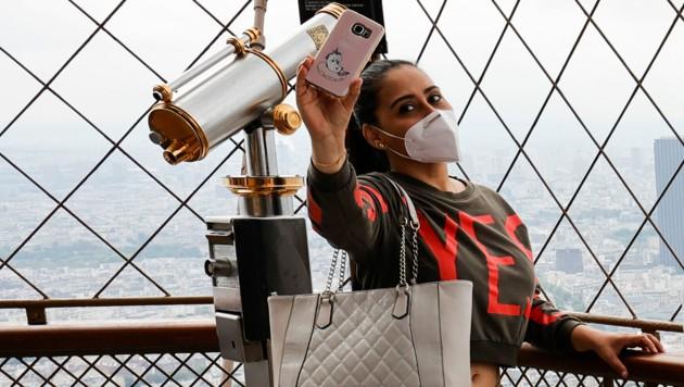Selfie am Eiffelturm in Paris mit Maske