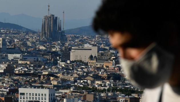 In Barcelona gilt wie in ganz Spanien eine strenge Maskenpflicht - auch im Freien.
