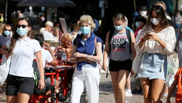 Touristen mit Maske in Saint Malo, Frankreich